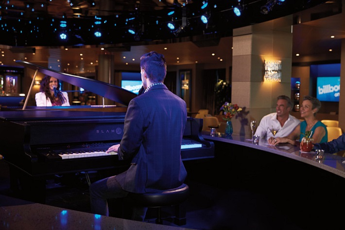 Musicians playing piano and singing in Koningsdam's Billboard Bar