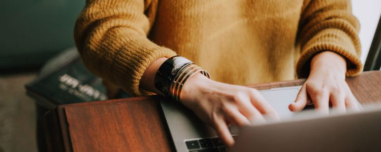 Woman on laptop - Online booking